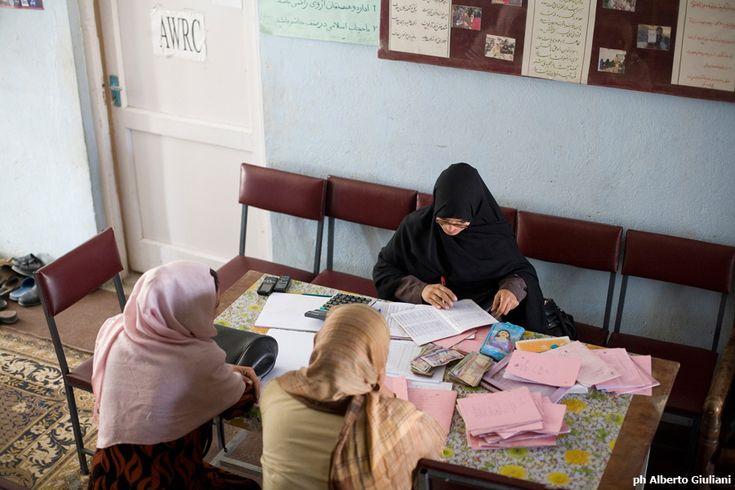 Pregiudizi culturali o veri e propri divieti legislativi impediscono alle donne un accesso al credito attraverso i canali ufficiali.