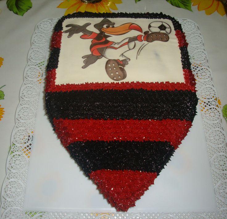 Bolo Esculpido com o escudo do Flamengo. Decoração em glacê e papel de arroz.
