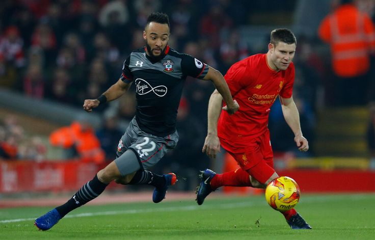 Southampton Nathan Redmond v akcii s Liverpool James Milner