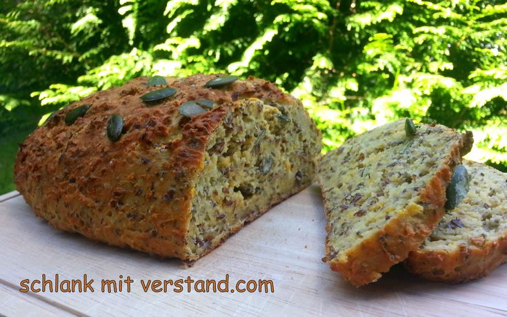 Low carb Brot mit Kürbiskernen Abgesehen vom Gesundheitsaspekt schmeckt dieses Brot einfach toll… noch warm und nur mit Butter zum Frühstück, lecker belegt als Sandwich oder getoastet. Zutate…