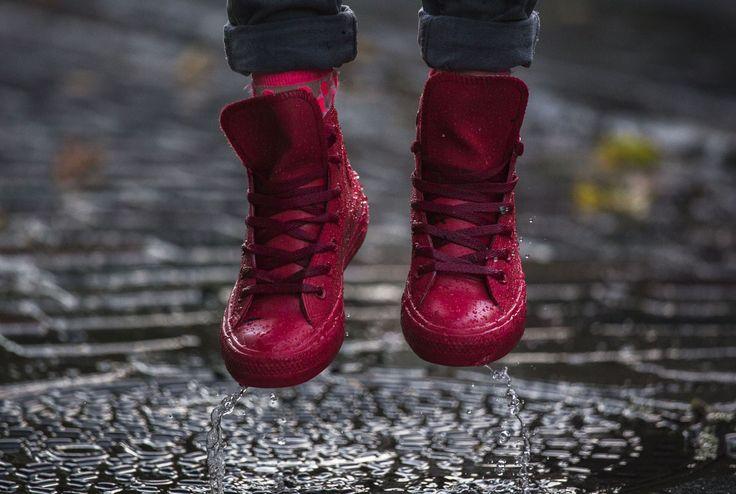 La botte de pluie devient tendance, même pour les hommes. Enfin pas la botte classique, mais la nouvelle collection Rubber Chuck de Converse. #rubberchuck