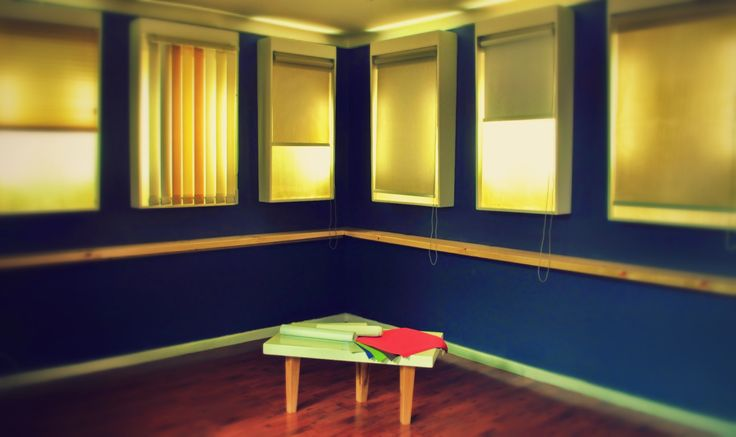 Cajas de luz diseñadas para exhibir persianas, construidas con placas de terciado multiuso y un proceso minucioso; lijado,  pastas de retape y varias capas de pintura,  logramos obtener superficies lisas y pulcras.