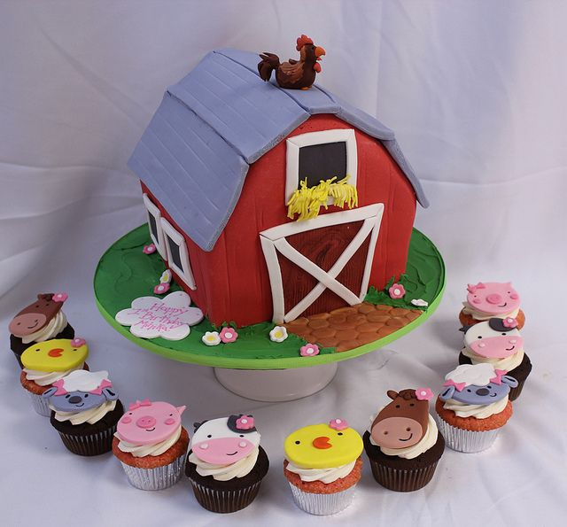 Barn cake & farm animal cupcakes
