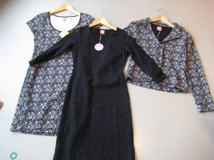 Mooie Kyra & Ko blazer met een rozenmotief. De blazer heeft een v-hals en lange mouwen. Aan de voorkant van de blazer zitten vier zwarte knopen. De blazer is gevoerd en heeft een goede pasvorm.   Gehaakte Kyra & Ko jurk in het zwart. De jurk heeft een mouwloze onderjurk en een ronde hals. Deze Kyra & Ko jurk heeft een uitstekende pasvorm en sluit goed aan op het lichaam.