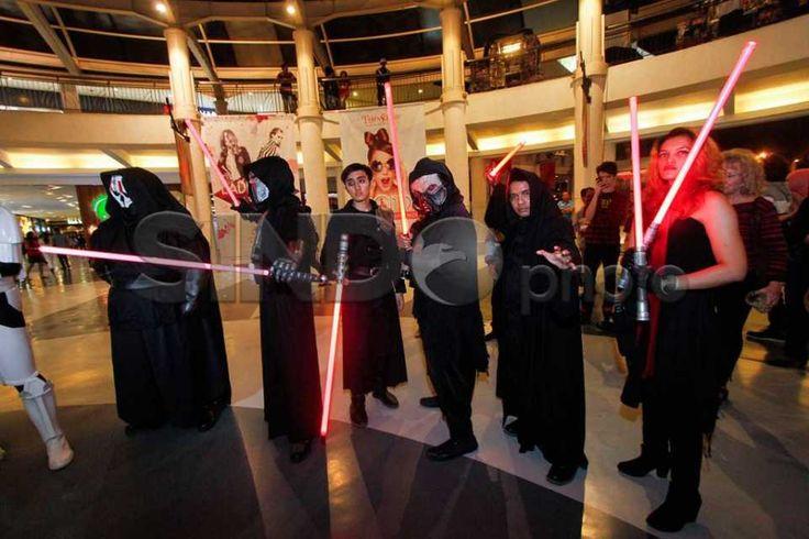 Jedi dan Darth Vadder Sapa Pengunjung Citos http://sin.do/eDnI  http://photo.sindonews.com/view/12336/jedi-dan-darth-vadder-sapa-pengunjung-citos