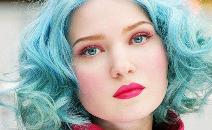 Confira tutoriais para obter a cor azul nos cabelos e dicas práticas para manter a cor e a saúde dos fios.