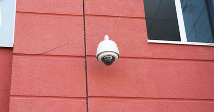Como usar o cabo CAT-5 para ligar câmeras de segurança. Os cabos de categoria 5 e os cabos avançados de categoria 5 são fios de cobre normais de 24 AWG ou bitola americana. Eles podem transportar correntes para dispositivos que exigem baixa voltagem. Ao usá-los em câmeras de segurança, duas coisas devem ser levadas em consideração: queda de tensão, que depende da distância entre a fonte de energia e o ...