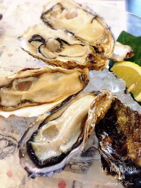 Le Boudoir 気まぐれな日記  KAKIYA    Miyajima's oyster bar 2,000 Weinstock has wine cellar. Hirosima in Japan