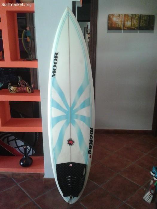 Vendo tabla surf Moore Mckee, 5'11. 18 1/4 . 2 5/16. Cuidada, con alguno bollos del uso, sin roturas. Va sin quillas. 160€ con envio a reembolso incluido. Se envia con proteccion de burbujas y envuelta en carton. Para surfers de nivel medio - alto.