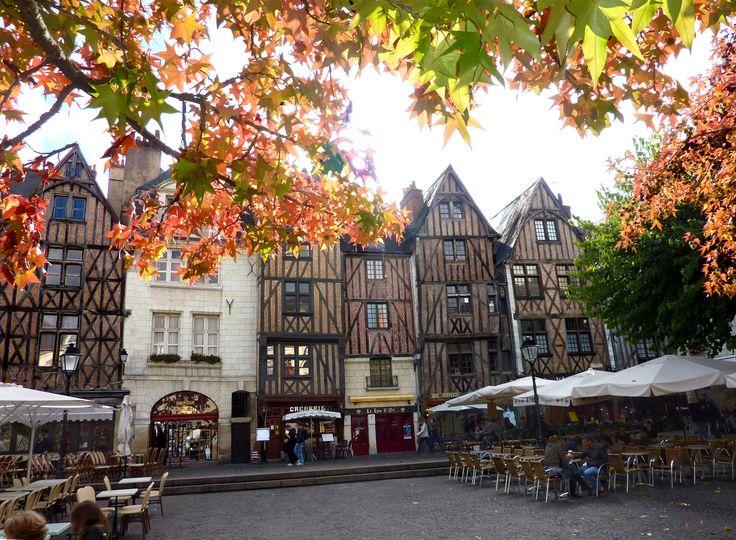 """La place Plumereau (place """"Plume"""" pour les habitués des terrasses de café...) est bordée de très belles maisons à pans de bois et en pierre datant du 15e ..."""