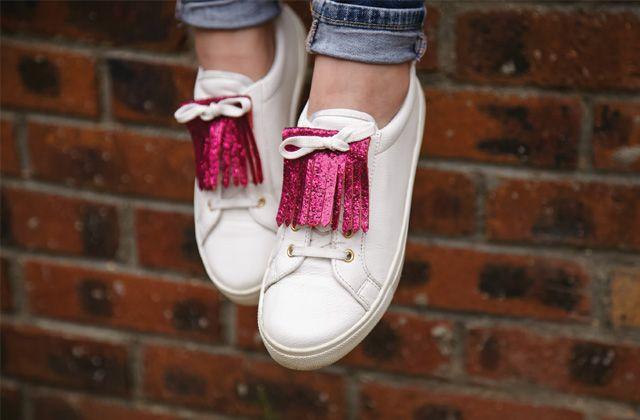 Des petites franges qui brillent à glisser sur tes lacets, c'est le tuto DIY du jour par Marie !