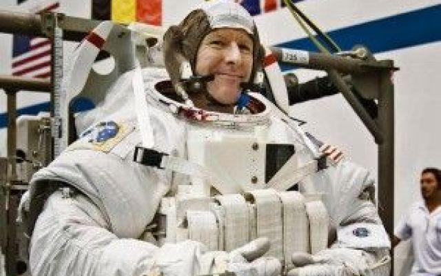 Astronauta in missione nello spazio chiama la famiglia ma sbaglia numero.Pronto è il pianeta terra? Astronauta in missione nello spazio chiama la famiglia ma sbaglia numero.Pronto è il pianeta terra? Tim Peake astronauta britannico si trova in missione Spazio sulla Stazione Spaziale Internazionale #astronauta #spazio