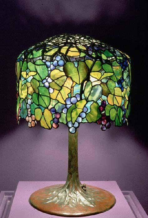 Pantalla con racimos de uvas. (Lámpara Tiffany realizada en 1906) En 1992 pertenecía a la colección del Dr. Bruce Brauston)