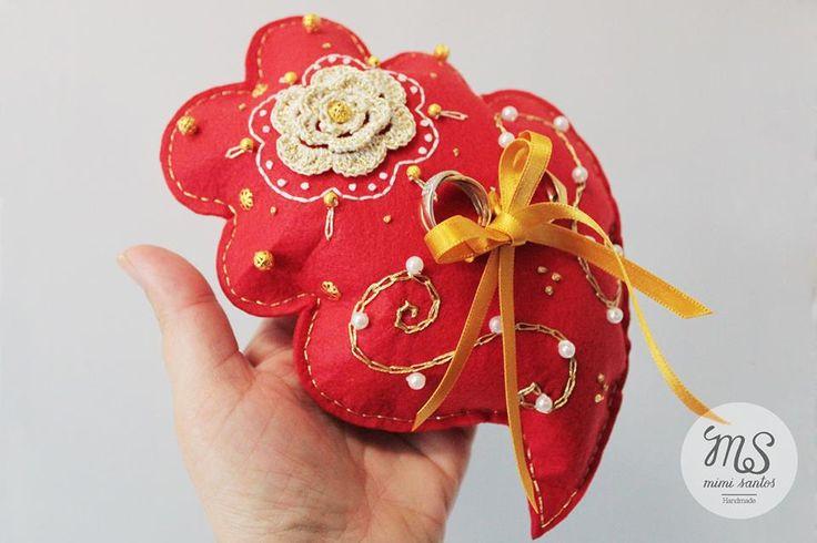 This is my version of a cushion for wedding rings. The unusual heart shape is based traditionally from Viana do Castelo in Portugal. ---------------------------------------------- Coração de Viana em almofada para alianças de casamento. Size / Tamanho 20x15cm