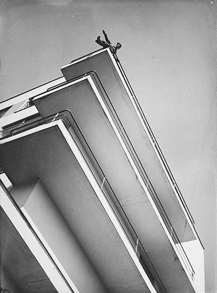 "László Moholy-Nagy - Photographie ""Xanti Schawinsky auf einem Bauhaus-Balkon"" (1928) - Le Bauhaus."