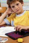 Braucht Ihr Kind Nachhilfe?  - Nachhilfe: Darauf müssen Sie achten - Junge spielt Die Gründe für schlechte Schulleistungen sind vielfältig. Klären Sie Probleme wie eine Lese-Rechtschreibschwäche, eine Rechenschwäche...