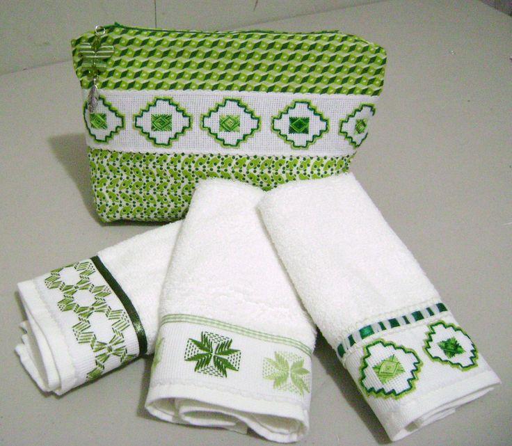 En un alegre tono verde, este juego de toallitas faciales las bordé con punto yugoslavo en distintas tonalidades de verde