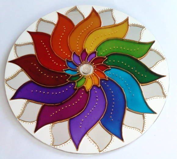 Mandala em espelho de 20cm de diâmetro, pintura vitral, decorada com tinta relevo dourada, e com gancho de metal para ser pendurado na parede.