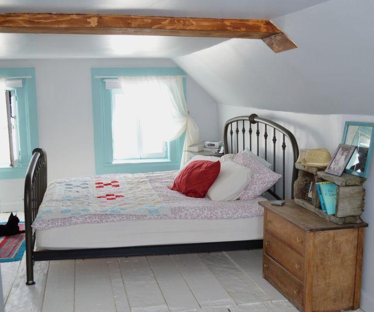 Charmante chambre sous les toits aux couleurs turquoise et blanche