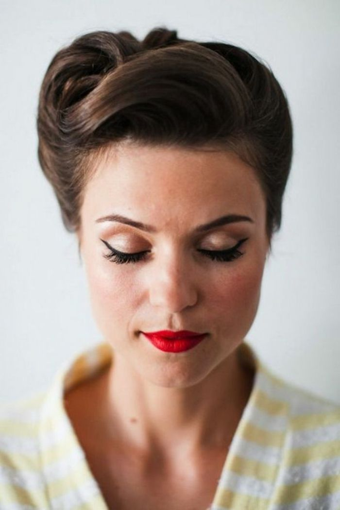 dame mit elegantem make up und rockabilly frisur