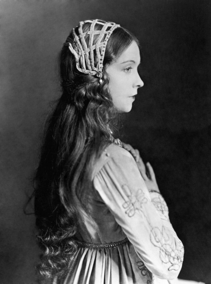 Lillian Gish in a lovely renaissance outfit