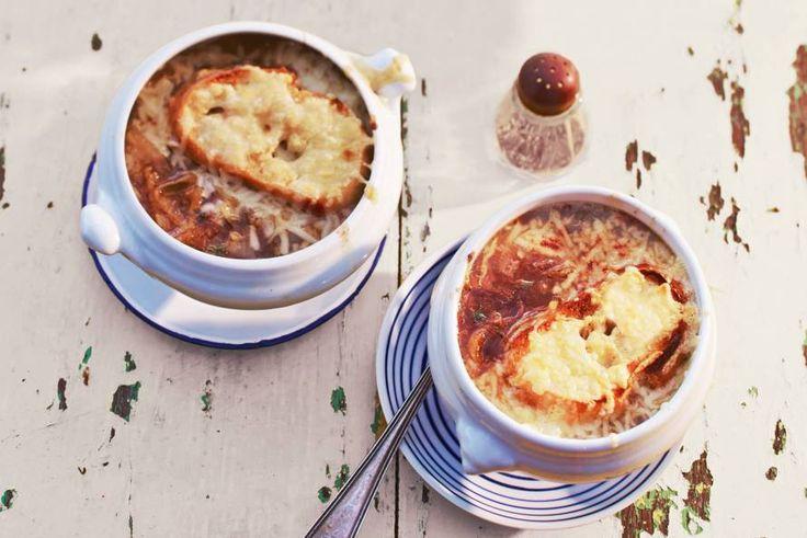 Dé Franse uiensoep, met cognac, tijm en stokbrood met kaas - Recept - Allerhande