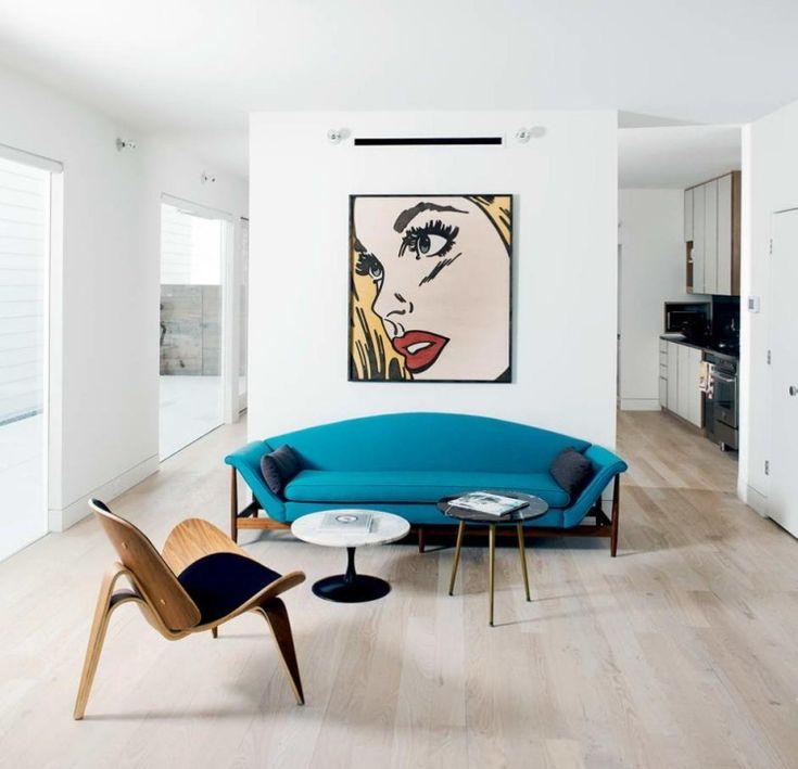 minimalistisch eingerichtetes Wohnzimmer und ein Bild im Pop Art Stil