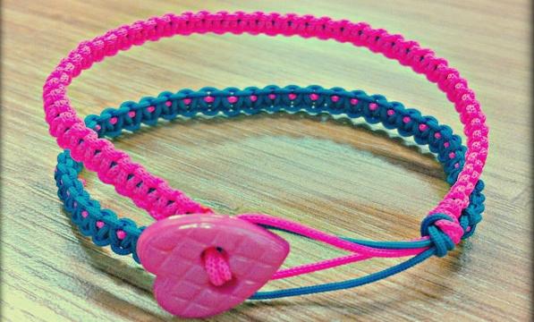 Düğmeli renkli makrome bileklik modellerini sizlerle buluşturuyoruz,  sizler için oluşturduğumuz rengarenk koton ipten yapılmış kalp düğmeli pembe, mavi renkli ikili makrome bileklik   modeline bayılacaksınız..Ürüne http://www.rainbowaksesuar.com/kalpli-makrome-bileklik/ adresinden ulaşabilirsiniz.
