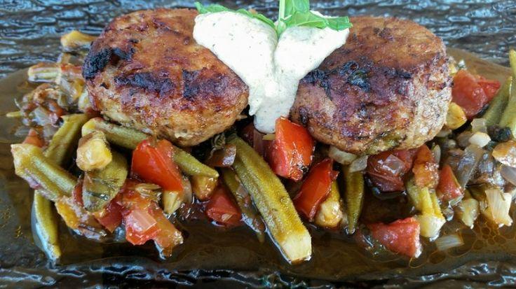Μπιφτέκια κοτόπουλου με μπάμιες και κρέμα φέτας