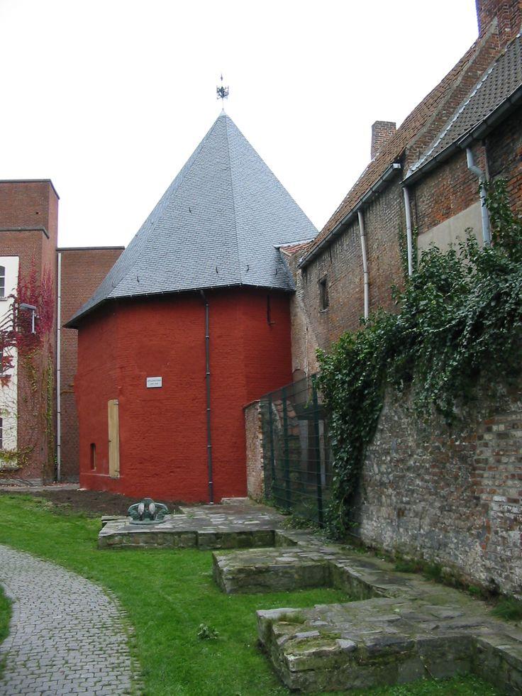 Deze toren uit de 14de eeuw is een van de weinige restanten van de middeleeuwse Franse voorburcht. De Artillerietoren of Armorietoren werd samen met de burcht in 1301-1302 gebouwd door de Franse koning Filips de Schone, in het kader van de Frans-Vlaamse oorlog tegen de graaf van Vlaanderen. De toren bevond zich op een strategische plaats tussen de stadsgrachten en de kasteelgracht