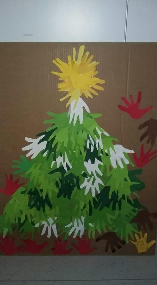 5-6 årige børn i 0.klasse har tegnet & klippet deres hænder ud  Og sammen har vi lavet dette juletræ