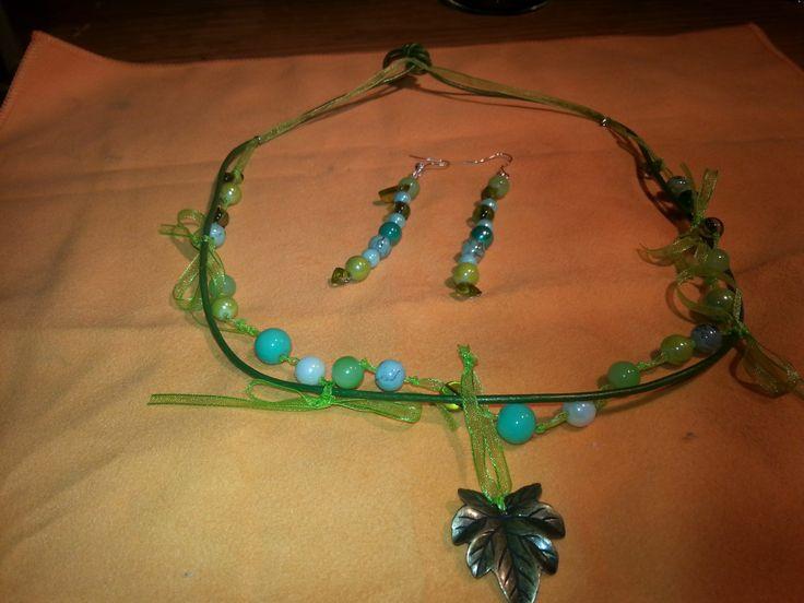 Groene ketting met lint, hanger en oorbellen