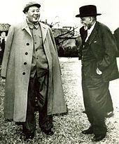 """Du Bois meets with Mao Zedong in China in 1959. / Du Bois standing outdoors, talking with Mao Tse Tung Ps. 这时90岁的杜波依斯并没有意识到他所访问的国家们的缺点,即便他在游览中国的这段时间内,中国正在进行悲剧性的""""大跃进""""运动;他之后仍然以一种肯定的态度来描写当时这两个国家的情况。"""