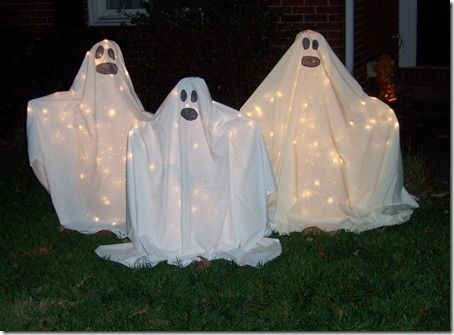 tomato cage ghosts | Halloween diy outdoor ghosts...with tomato cages! | Button Crafts