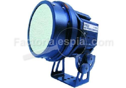 Iluminador Infrarrojos de hasta 150 metros. La luz infrarroja emitida por este iluminador no es visible por el ojo humano, pero sin embargo si lo es por cámaras de vídeo b/n.