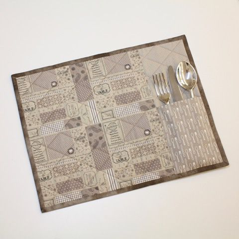 """Spisebrikker med lomme til bestikk sydd i stoffserien """"Sunday Supper"""" fra Moda Fabrics • Nå mønster i butikk #syglede #spisebrikker #mønster #modafabrics #sundaysupper #placemats #nettbutikk #quiltebutikken"""