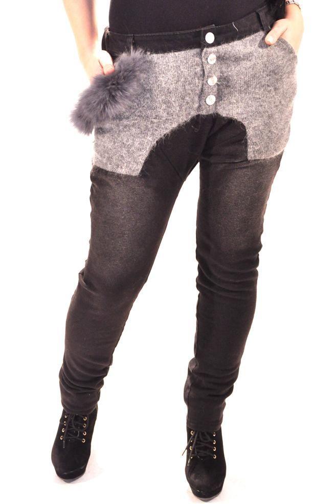 Pantalon Dama Rabbit Look  Pantaloni dama cu talie joasa. Design modern cu insertie pufoasa in partea din fata-sus.  Detaliu - la buzunar accesoriu din blana naturala, detasabil.  Model indraznet ce va va face cu siguranta remarcata.     Compozitie: 100%Bumbac