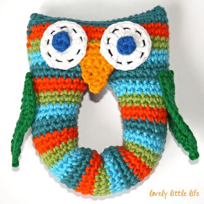 Stripey owl - rattle, found on : http://www.lovelylittlelife.org/2012/06/stripey-owl-baby-rattle/