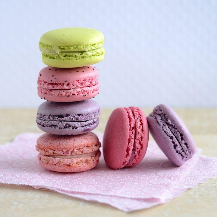 Bunte Macarons mit weißer Schokocreme | Zeit: 50 Min. | http://eatsmarter.de/rezepte/macarons-7