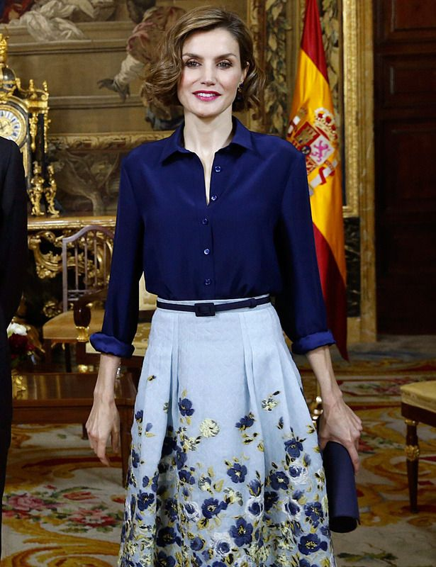 La reina Letizia con falda de Carolina Herrera