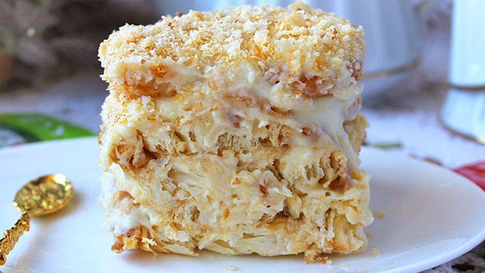 Tento nepečený krémový dort nejen úžasně vypadá, ale takový i je. Je bohatý na lahodný krém, ze kterého budou Vaše ústa naprosto šílet. Jestli i Vy milujete žloutkové krémy, v tomto dezertu je ho ohromná spousta. Krém je sametový, a když jej necháte potřebnou dobu tuhnout, krém se do sušenek …