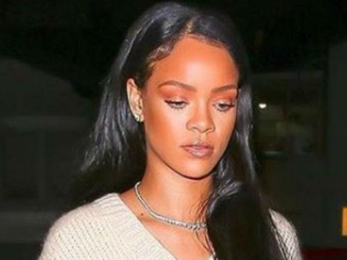 El príncipe Harry estuvo de visita en la capital de Barbados y aprovechó para invitar a Rihanna a unirse a su campaña en pro de la detección del VIH.Fue un acto público organizado por la Comisión Nacional del VIH/Sida que se llevó a cabo en Bridgetown, la capital del país. Barbados se rige por una monarquía constitucional, por lo que la presencia del príncipe es de relevancia nacional.La cantante comentó que no duele tanto como ella pensaba. Además, en el video se demuestra que es un…