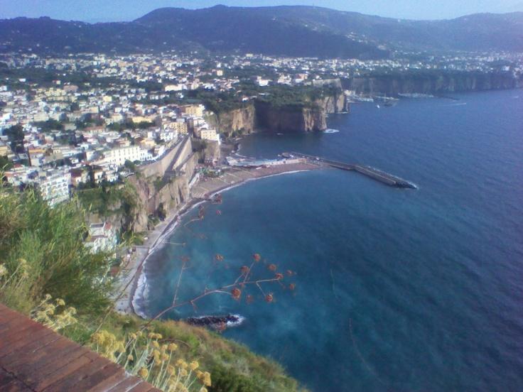 Meta di Sorrento (Napoli - Italia)  Foto dalla statale 18.