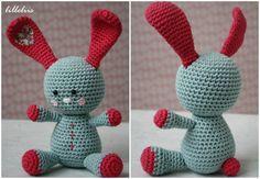 Conejo Funny Bunny  – Patrón Gratis en Español aquí: http://lilleliis.com/free-patterns/funny-bunny-pattern-spanish/