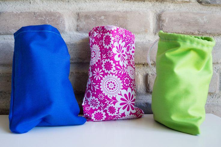 Sac à vrac fait en coton! Plusieurs choix de couleurs disponible.  Idéal pour ranger toutes sortes d'objets ou comme petit sac cadeaux.  Parfait pour remplacer les sacs de plastiques.  Parfait pour les aliments secs.  Dimension: 6.5 x 8 pouces Matière: 100% coton  Les sacs sont lavable à la machine.  Chaque article est fait à la main.