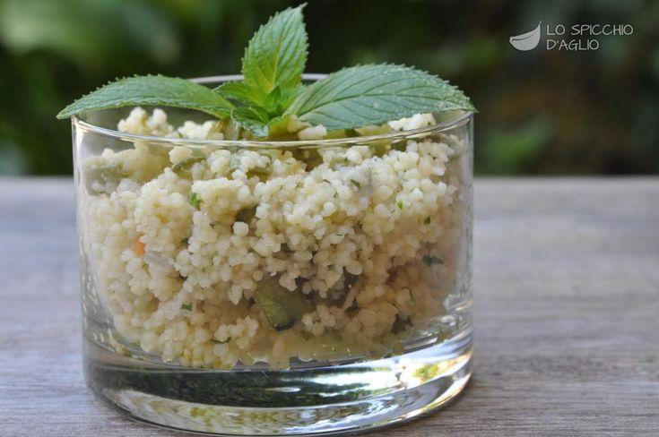Il cuscus alle zucchine è un ottimo primo piatto a base di cuscus, fresco e leggero, adatto alle calde giornate estive. Può essere gustato anche il giorno dopo, a temperatura ambiente e si adatta benissimo a un pranzo fuori casa, anche in ufficio.