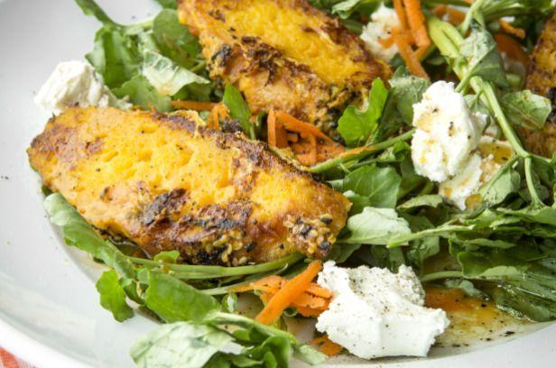 Recette de pain doré aux carottes, salade de cresson et fromage de chèvre | Métro