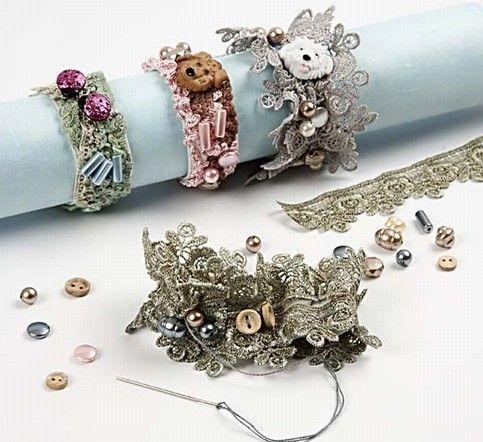11217 Armbanden van kant op elastiek. Heel mooi. En we hebben erg veel lint om uit te kiezen!