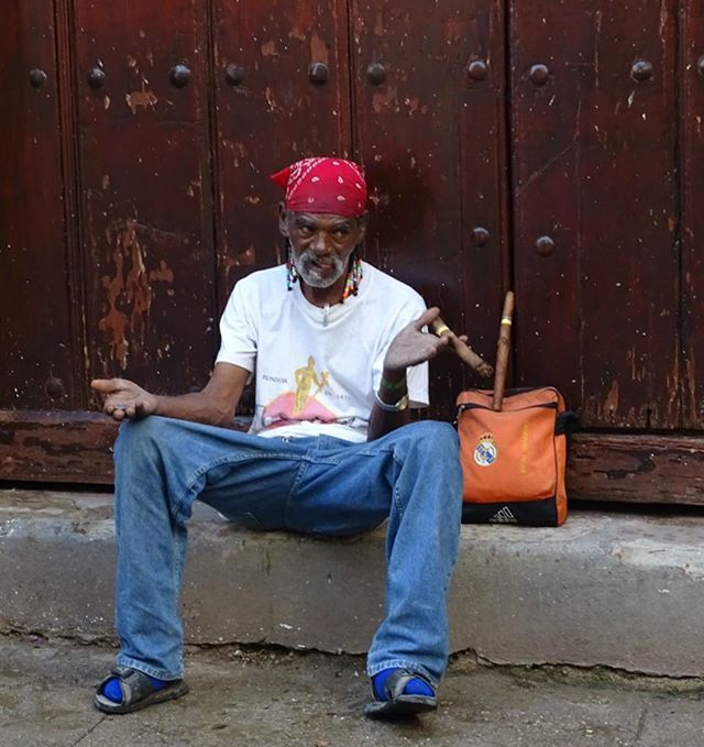 '#Cuba Excentric guy smoking his own sales items. ⠀ Read my blogs about Cuba at @vivelevoyage.nl Link: vivelevoyage.nl/category/bestemmingen/midden-amerika/cuba/⠀ .⠀ .⠀ #travel #instatravel #travelgram #wanderlust #instapassport #mytravelgram #instagood #photooftheday #traveling #instago #vacation #travelingram #instatraveling #trip #holiday #travelling #travelphotography #picoftheday #tourist #instadaily #explore #adventure #nature #travelblog #worlderlust #travelblogger #iamtb' by…
