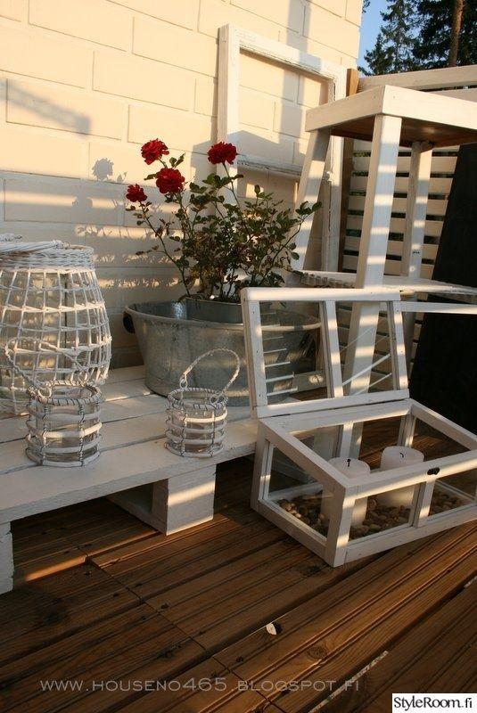 """Kuormalava sopii myös hyvin parvekkeelle esimerkiksi viherkavien alle. Tässä """"HouseNo465"""":n versio.  #styleroom #inspiroivakoti #kuormalava #DIY #parveke #pallet"""